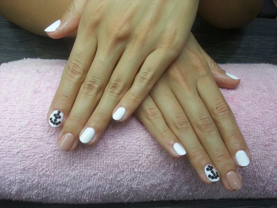 Fehér-nude shellac fekete kövekkel – a horgony minta még mindig hódít!